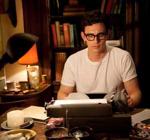 Filmstill HOWL – DAS GEHEUL, James Franco arbeitet als Allen Ginsberg an der Schreibmaschine an seinem Gedicht