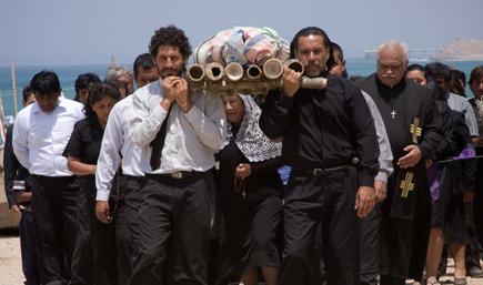 Filmstill CONTRACORRIENTE – GEGEN DEN STROM, ein Film von Javier Fuentes Léon, Bestattungszeremonie im peruanischen Fischerdorf