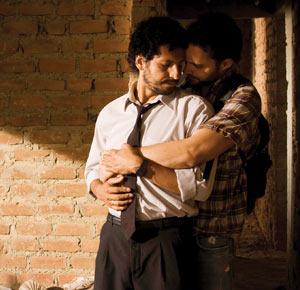 Filmstill CONTRACORRIENTE – GEGEN DEN STROM, ein Film von Javier Fuentes Léon, Cristian Mercado und Manolo Cardona in liebender Umarmung