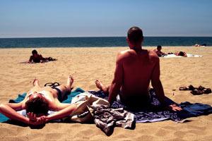 Filmstill AUGUST, Männer am Strand