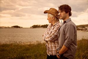 Filmstill CLOUDBURST, Olympia Dukakis und Ryan Doucette am Meer, ein Film von Thom Fitzgerald