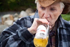 Filmstill CLOUDBURST, Olympia Dukakis trinkt ein Bier wie ein Mann, ein Film von Thom Fitzgerald
