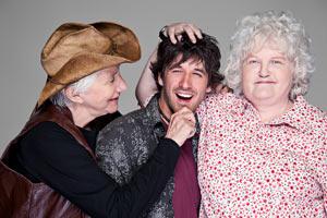 Promo-Foto CLOUDBURST, Olympia Dukakis, Ryan Doucette und Brenda Fricker lachend, ein Film von Thom Fitzgerald