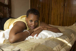 Filmstill CALL ME KUCHU, lesbische Aktivistin auf Bett