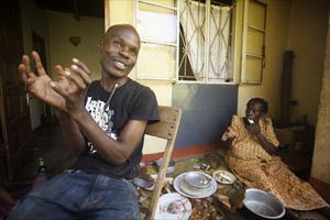 Filmstill CALL ME KUCHU, schwuler Aktivist David Kato Kisule mit seiner Mutter zu Hause