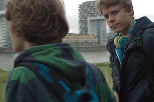 Filmstill JULIAN – JUNGE LIEBE ANDERS, anyway Köln, Uraufführung, Jungs vor Kran-Gebäuden