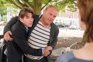 Filmstill ALLE ZEIT DER WELT, Paul de Leeuw hält Alwin Pulinckx im Arm