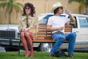 Filmstill DALLAS BUYERS CLUB, ein Film von Jean-Marc Vallée, mit Jared Leto und Matthew McConaughey sitzen auf Park-Bank