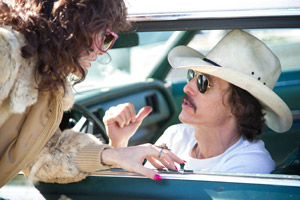 Filmstill DALLAS BUYERS CLUB, ein Film von Jean-Marc Vallée, mit Jared Leto, Matthew McConaughey und Jennifer Garner