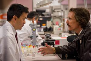 Filmstill DALLAS BUYERS CLUB, ein Film von Jean-Marc Vallée, Matthew McConaughey verhandelt mit asiatischem Medikamenten-Hersteller