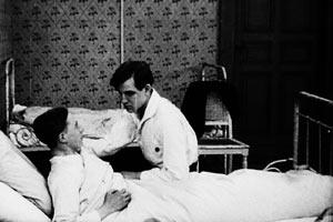 Filmstill ANDERS ALS DIE ANDERN, zwei Jungen am Bett