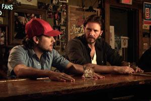 Filmstil PIT STOP von Regisseur Yen Tan, zwei Männer in Bar, rotes Cappy
