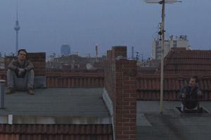 Filmstill PRAIA DO FUTURO von Karim Aïnouz, Clemens Schick und Wagner Moura sitzen auf Dach
