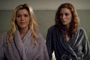 Filmstill ANATOMY OF A LOVE SEEN, Seitenblick der Schauspielerinnen bei Bettszene