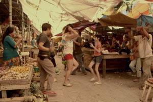 Filmstill ANITA'S LAST CHA CHA, Ang Huling Cha-Cha Ni Anita, Film von Sigrid Andrea P. Bernardo, tanzend auf dem Marktplatz