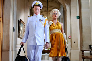 Filmstill Queen of Amsterdam – Chez Nous, Bertie und Helmer verkleidet und mit Beute im Museum