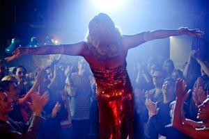 Filmstill Queen of Amsterdam – Chez Nous, Bertie bei Auftritt in Drag