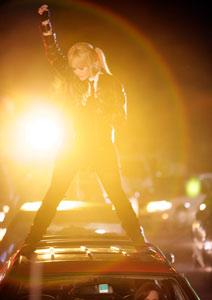 Filmstill GIRLTRASH: ALL NIGHT LONG, Lisa Rieffel auf Auto