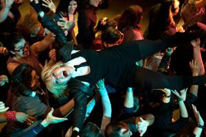 Filmstill GIRLTRASH: ALL NIGHT LONG, Lisa Rieffel beim Crowd-Surfing auf einem Konzert