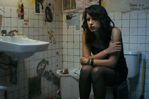 Filmstill APPROPRIATE BEHAVIOR, einfach ungezogen, Desiree Akhavan auf Toilette