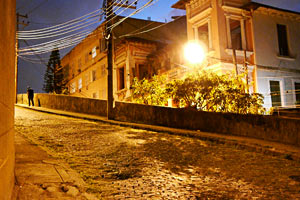 Filmstill AYA ARCOS, César Augusto auf einsamer nächtlicher Straße