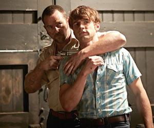 Filmstill CUT SNAKE, von Tony Ayres, Sullivan Stapleton mit Waffe nimmt Alex Russell als Deckung