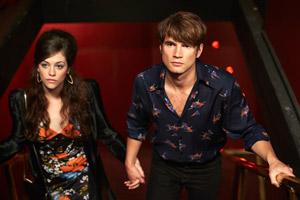 Filmstill CUT SNAKE, von Tony Ayres, Alex Russell und Freundin Jessica de Gouw halten Händchen