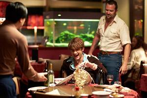 Filmstill CUT SNAKE, von Tony Ayres, Alex Russell und Sullivan Stapleton in Restaurant