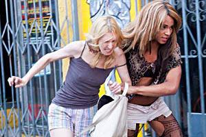 Filmstill TANGERINE L.A. von Sean Baker, Sin-Dee (Kitana Kiki Rodriguez) schleift Dinah (Mickey O'Hagan) hinter sich her
