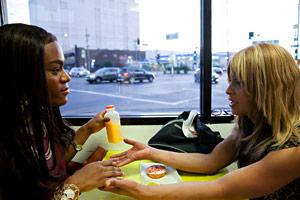 Filmstill TANGERINE L.A. von Sean Baker, Alexandra (Mya Taylor) und Sin-Dee (Kitana Kiki Rodriguez) sitzen im Donut Time
