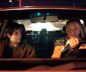 Filmstill BOULEVARD, Robin Williams fährt Stricher Roberto Aguire im Auto umher, sie unterhalten sich
