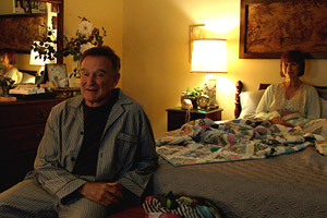 Filmstill BOULEVARD, Robin Williams und Kathy Baker unterhalten sich distanziert im Pyjama im Bett