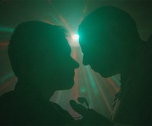 Filmstill Chemsex, Schattenrissen gegen Licht-Reflexe in der Disco