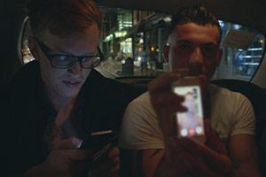 Filmstill Chemsex, Smartphone-Chat im Taxi bei Nacht