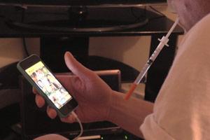 Filmstill Chemsex, Grinder-App auf Smartphone mit Nadel zum Spritzen von Drogen