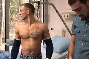 Filmstill WO WILLST DU HIN, HABIBI?, nackter Oberkörper im Krankenhaus