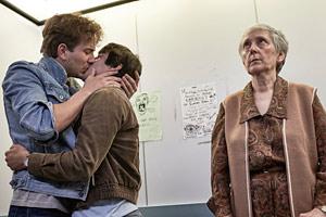 Filmstill Holding The Man, Kuss im Aufzug
