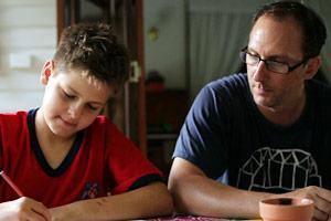Filmstill GAYBY BABY, Graham macht Hausaufgaben unter der Aufsicht seines Vaters