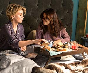 Filmstill FÜR IMMER EINS - IO E LEI - ME, MYSELF AND HER von Maria Sole Tognazzi,  Margherita Buy und Sabrina Ferilli frühstücken im Bett