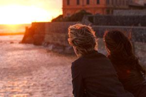 Filmstill FÜR IMMER EINS - IO E LEI - ME, MYSELF AND HER von Maria Sole Tognazzi,  Margherita Buy und Sabrina Ferilli bei romantischem Sonnenuntergang am Meer