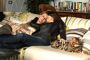 Filmstill FÜR IMMER EINS - IO E LEI - ME, MYSELF AND HER von Maria Sole Tognazzi,  Margherita Buy und Sabrina Ferilli sitzen mit Katze auf dem Sofa