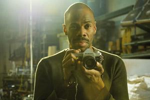 Filmstill BEAUTIFUL SOMETHING – WIE SCHÖN DU BIST, Colman Domingo als Drew mit Fotoapparat