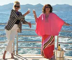 """Filmstill ABSOLUTELY FABULOUS: DER FILM, Joanna Lumley als Patsy Stone und Jennifer Saunders als Edina """"Eddy"""" Monsoon auf Kreuzfahrt mit Champagner"""