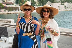 Filmstill ABSOLUTELY FABULOUS: DER FILM, Joanna Lumley als Patsy Stone und Jennifer Saunders als Edina
