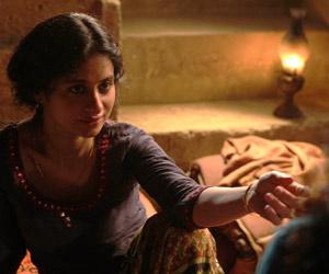 Film Still QISSA – DER GEIST IST EIN EINSAMER WANDERER von Anup Singh mit Irrfan Khan und Tisca Chopra, Neelie (gespielt von Rasika Dugal) streckt ihre Hand zu Kanwar (gespielt von Tillotama Shome) aus