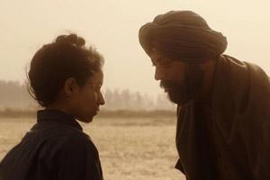 Film Still QISSA – DER GEIST IST EIN EINSAMER WANDERER von Anup Singh mit Tisca Chopra, Rasika Dugal und Tillotama Shome. Vater Umber Singh (gespielt von Irrfan Khan) und seine als Sohn aufgezogene Tochter stehen sich gegenüber