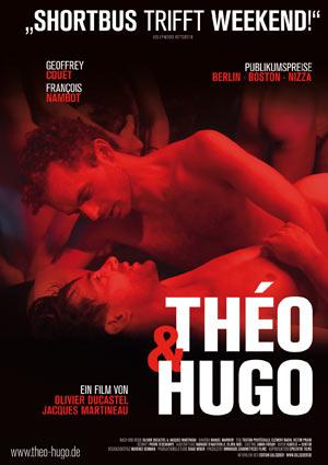 Film Poster Théo & Hugo (2016), Original: Théo et Hugo dans le même bateau, von Olivier Ducastel & Jacques Martineau; im Postermotiv neigt sich Théo (gespielt von Geoffrey Couët) über Hugo (gespielt von François Nambot) im roten Licht eines Pariser Sex-Clubs, wo sie sich beim einer gemeinsamen Nummer kennen lernen