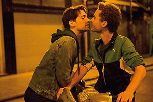 Filmstill Théo & Hugo (2016), Original: Théo et Hugo dans le même bateau, von Olivier Ducastel & Jacques Martineau; Théo (gespielt von Geoffrey Couët) und Hugo (gespielt von François Nambot) küssen sich auf den nächtlichen Straßen von Paris