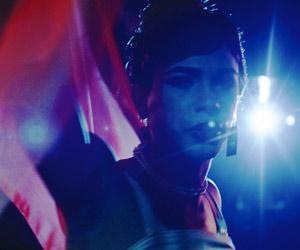 Film Still VIVA von Paddy Breathnach; Jesus (gespielt von Héctor Medina) steht als Trans-Künstlerin Viva im Scheinwerferlicht