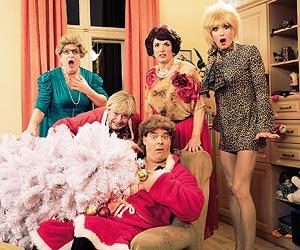 Film-Still EDITHS GLOCKEN - DER FILM von Ades Zabel, Biggy van Blond und Nicolai Tegeler; basierend auf dem Theaterstück WENN EDITHS GLOCKEN LÄUTEN; ein ungewöhnliches Weihnachten einer queeren Familie und Freundesgruppe